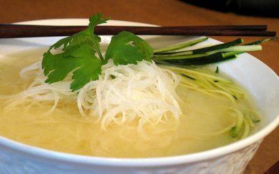 Soupe repas thaï, miso blanc et spaghettinis de daïkon & courgette